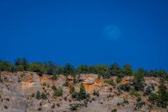 Υπαίθρια άποψη εάν βουνό που καλύπτεται με το vegetatiuon, που βρίσκεται στο φαράγγι Zion μια όμορφη ηλιόλουστη ημέρα με το μπλε  στοκ εικόνα με δικαίωμα ελεύθερης χρήσης