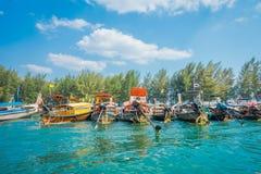 Υπαίθρια άποψη της αλιείας των ταϊλανδικών βαρκών σε μια σειρά po-DA στο νησί, επαρχία Krabi, Θάλασσα Ανταμάν, νότος της Ταϊλάνδη Στοκ εικόνα με δικαίωμα ελεύθερης χρήσης