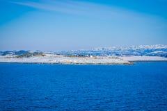 Υπαίθρια άποψη των ξύλινων σπιτιών ένας μακρύς στην ακτή από το κρουαζιερόπλοιο ταξιδιών Hurtigruten, βόρεια Νορβηγία Στοκ εικόνες με δικαίωμα ελεύθερης χρήσης