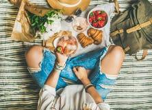 Υπαίθρια έννοια συλλογής με το κρασί και τα γαλλικά πρόχειρα φαγητά στο κάλυμμα Στοκ Φωτογραφία