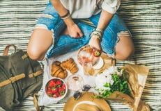 Υπαίθρια έννοια συλλογής με το ροδαλό κρασί και τα γαλλικά πρόχειρα φαγητά Στοκ εικόνα με δικαίωμα ελεύθερης χρήσης