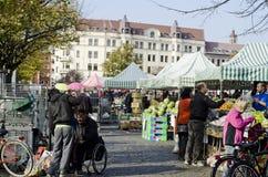 Υπαίθρια αγορά αγροτών, άνθρωποι που αγοράζει τα τρόφιμα Στοκ εικόνα με δικαίωμα ελεύθερης χρήσης