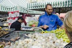Υπαίθρια αγορά αγροτών, πωλώντας λαχανικά ατόμων Στοκ Εικόνα