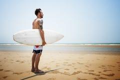 Υπαίθρια αθλητική τροπική ωκεάνια έννοια Surfer ιστιοσανίδων Στοκ Φωτογραφία
