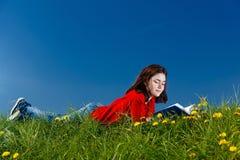 υπαίθρια ανάγνωση κοριτσιών βιβλίων Στοκ εικόνα με δικαίωμα ελεύθερης χρήσης