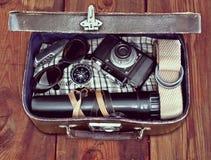 Υπαίθρια αναδρομική βαλίτσα με τα πράγματα ο ταξιδιώτης Στοκ φωτογραφία με δικαίωμα ελεύθερης χρήσης