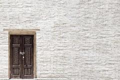 Υπαίθρια αρχιτεκτονική με μια πόρτα στον παλαιό αρχαίο τουβλότοιχο Διάστημα αντιγράφων για το κείμενο Φωτογραφία ανασκόπησης Στοκ Εικόνες