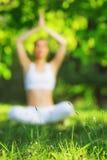 υπαίθρια γιόγκα Γυναίκα Meditating στη θέση Lotus Έννοια του στοκ φωτογραφίες