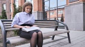 Υπαίθρια γυναίκα συνεδρίασης που φεύγει στο γραφείο για τη συνέντευξη φιλμ μικρού μήκους