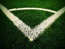 Υπαίθρια γωνία παιδικών χαρών ποδοσφαίρου στο τεχνητό πράσινο έδαφος τύρφης με τα χρωματισμένα άσπρα σημάδια γραμμών Αλεσμένο μαύ Στοκ Εικόνες