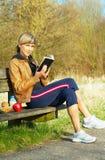 υπαίθρια διαβάζοντας τη &gamm Στοκ Φωτογραφία