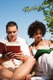 υπαίθρια διαβάζοντας Στοκ φωτογραφία με δικαίωμα ελεύθερης χρήσης