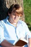 υπαίθρια διαβάζοντας Στοκ εικόνες με δικαίωμα ελεύθερης χρήσης