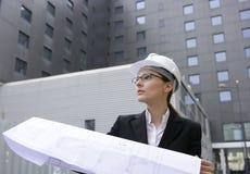 υπαίθρια εργασία γυναικών κτηρίων αρχιτεκτόνων Στοκ Φωτογραφία