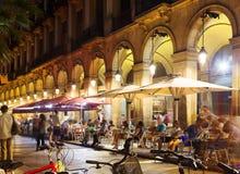 Υπαίθρια εστιατόρια σε Placa Reial στη νύχτα Βαρκελώνη Στοκ Εικόνες