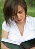 υπαίθρια διαβάζοντας τη &gamm Στοκ Εικόνα