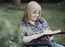 υπαίθρια διαβάζοντας τη &gamm Στοκ εικόνα με δικαίωμα ελεύθερης χρήσης