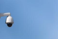 Υπαίθρια κάμερα ασφαλείας που βρίσκονται σε ένα κλίμα μπλε ουρανού Στοκ Φωτογραφίες