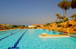 υπαίθρια κολύμβηση θερέτρου λιμνών πολυτέλειας ξενοδοχείων Στοκ εικόνες με δικαίωμα ελεύθερης χρήσης