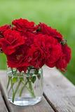 υπαίθρια κόκκινα τριαντάφυλλα ανθοδεσμών Στοκ φωτογραφία με δικαίωμα ελεύθερης χρήσης