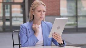 Υπαίθρια νέα επιχειρηματίας που ανατρέπεται από την απώλεια στην ταμπλέτα απόθεμα βίντεο