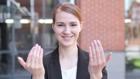 Υπαίθρια, νέα επιχειρηματίας που προσκαλεί τους νέους ανθρώπους απόθεμα βίντεο
