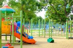 Υπαίθρια παιδική χαρά στο δημόσιο πάρκο στοκ εικόνες