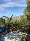 Υπαίθρια περιοχή κατανάλωσης με το ηλιόλουστο τοπίο βουνών στοκ εικόνες με δικαίωμα ελεύθερης χρήσης