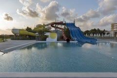 Υπαίθρια πισίνα και aquapark στο ηλιοβασίλεμα στη Κύπρο Στοκ φωτογραφία με δικαίωμα ελεύθερης χρήσης