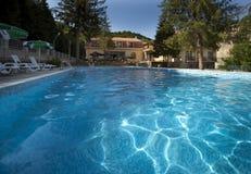 Υπαίθρια πισίνα με το κρύσταλλο - καθαρίστε το νερό Στοκ φωτογραφία με δικαίωμα ελεύθερης χρήσης