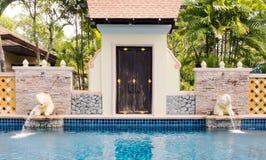 Υπαίθρια πισίνα πολυτέλειας με την ταϊλανδικά διακόσμηση ύφους και το χαρακτηριστικό γνώρισμα νερού ελεφάντων Στοκ Φωτογραφίες