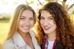 Υπαίθρια πορτρέτο της ευχάριστης νέας γυναίκας δύο στοκ εικόνα με δικαίωμα ελεύθερης χρήσης