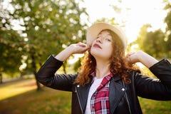 Υπαίθρια πορτρέτο της ευχάριστης νέας γυναίκας στοκ φωτογραφίες