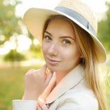 Υπαίθρια πορτρέτο της ευχάριστης νέας γυναίκας στοκ εικόνες με δικαίωμα ελεύθερης χρήσης