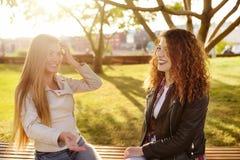 Υπαίθρια πορτρέτο της εύθυμης νέας γυναίκας δύο στοκ φωτογραφία