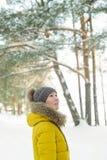 Υπαίθρια πορτρέτο της νέας γυναίκας στο χειμερινό δάσος στοκ φωτογραφίες με δικαίωμα ελεύθερης χρήσης
