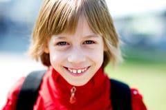 Υπαίθρια πορτρέτο της χαμογελώντας μαθήτριας στοκ εικόνες