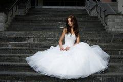Όμορφη νέα γυναίκα στο γαμήλιο φόρεμα Στοκ εικόνα με δικαίωμα ελεύθερης χρήσης