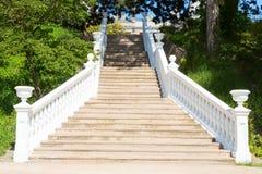 Υπαίθρια σκάλα με τα άσπρα κιγκλιδώματα Στοκ φωτογραφίες με δικαίωμα ελεύθερης χρήσης