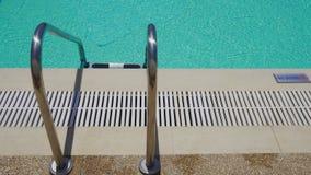 Υπαίθρια σκάλα πισινών χωρίς το σημάδι κατάδυσης στο poolside απόθεμα βίντεο