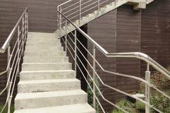 Υπαίθρια συγκεκριμένη σκάλα με το κιγκλίδωμα ανοξείδωτου Στοκ Εικόνες
