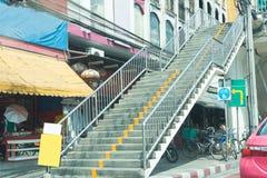 Υπαίθρια συγκεκριμένη σκάλα με το κιγκλίδωμα χάλυβα Στοκ εικόνα με δικαίωμα ελεύθερης χρήσης