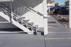 Υπαίθρια συγκεκριμένη σκάλα με το κιγκλίδωμα Στοκ Εικόνες