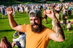 Υπαίθρια συναυλία Ζώνη ανεμιστήρων Φεστιβάλ μουσικής Έννοια ψυχαγωγίας Θερινό φεστιβάλ επίσκεψης Θερινό φεστιβάλ Hipster στην ΚΑΠ στοκ φωτογραφία με δικαίωμα ελεύθερης χρήσης