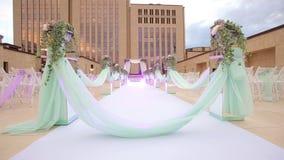 Υπαίθρια τελετή hupa Ντεκόρ γαμήλιων διαδρόμων απόθεμα βίντεο