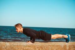 Υπαίθρια φωτογραφία ενός σκόπιμου αθλητικού ατόμου στοκ φωτογραφία με δικαίωμα ελεύθερης χρήσης
