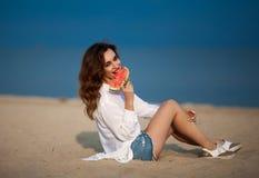Υπαίθρια φωτογραφία μόδας μιας αισθησιακής προκλητικής όμορφης γυναίκας με το κόκκινο Στοκ Φωτογραφίες