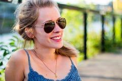 υπαίθρια χαμογελώντας νεολαίες γυναικών στοκ εικόνες