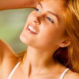 υπαίθρια χαμογελώντας νεολαίες γυναικών στοκ φωτογραφίες με δικαίωμα ελεύθερης χρήσης