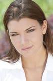 Υπαίθρια όμορφη γυναίκα πορτρέτου με τα πράσινα μάτια Στοκ Εικόνα